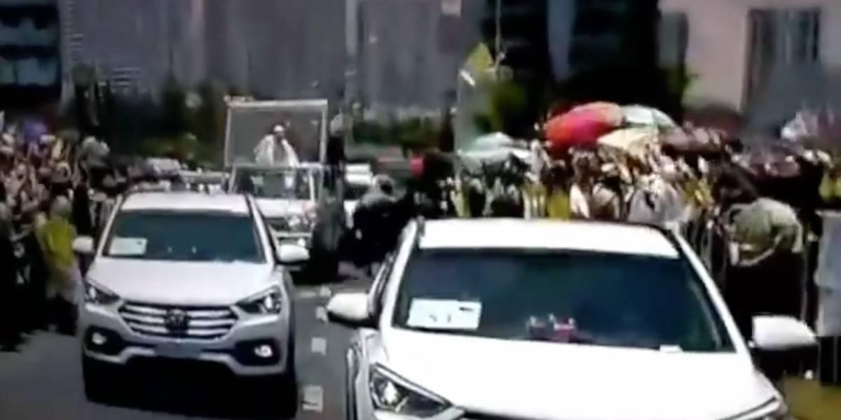 Papa Francisco intenta auxiliar a carabinera que cayó accidentalmente de un caballo