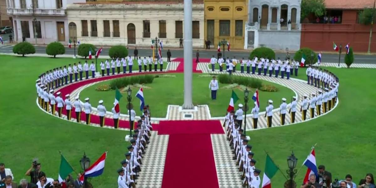 Paraguay 'olvida' poner escudo en banderas de México