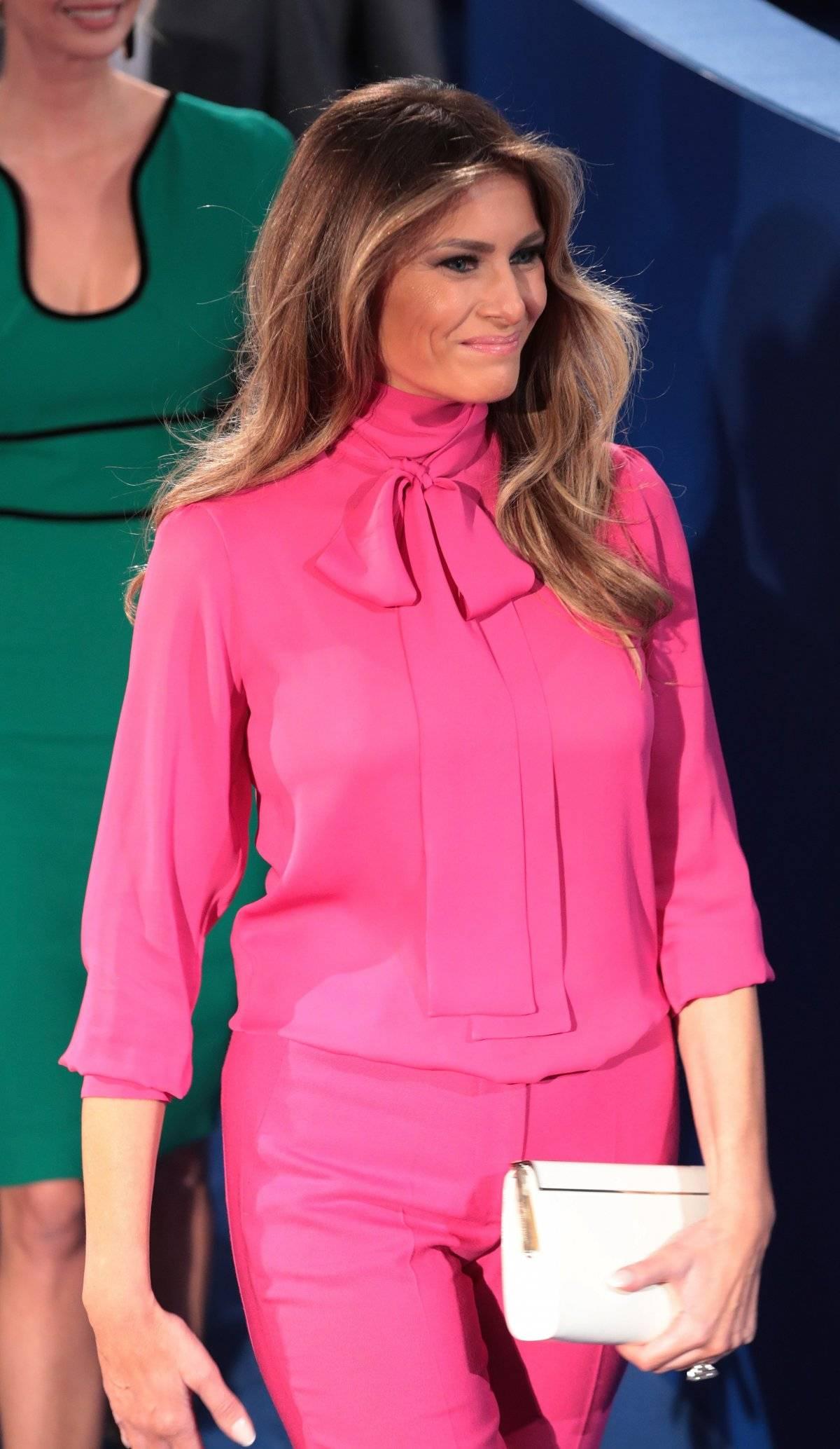 La blusa 'pussy bow' se escuchó alrededor del mundo, y está biiiiiien.