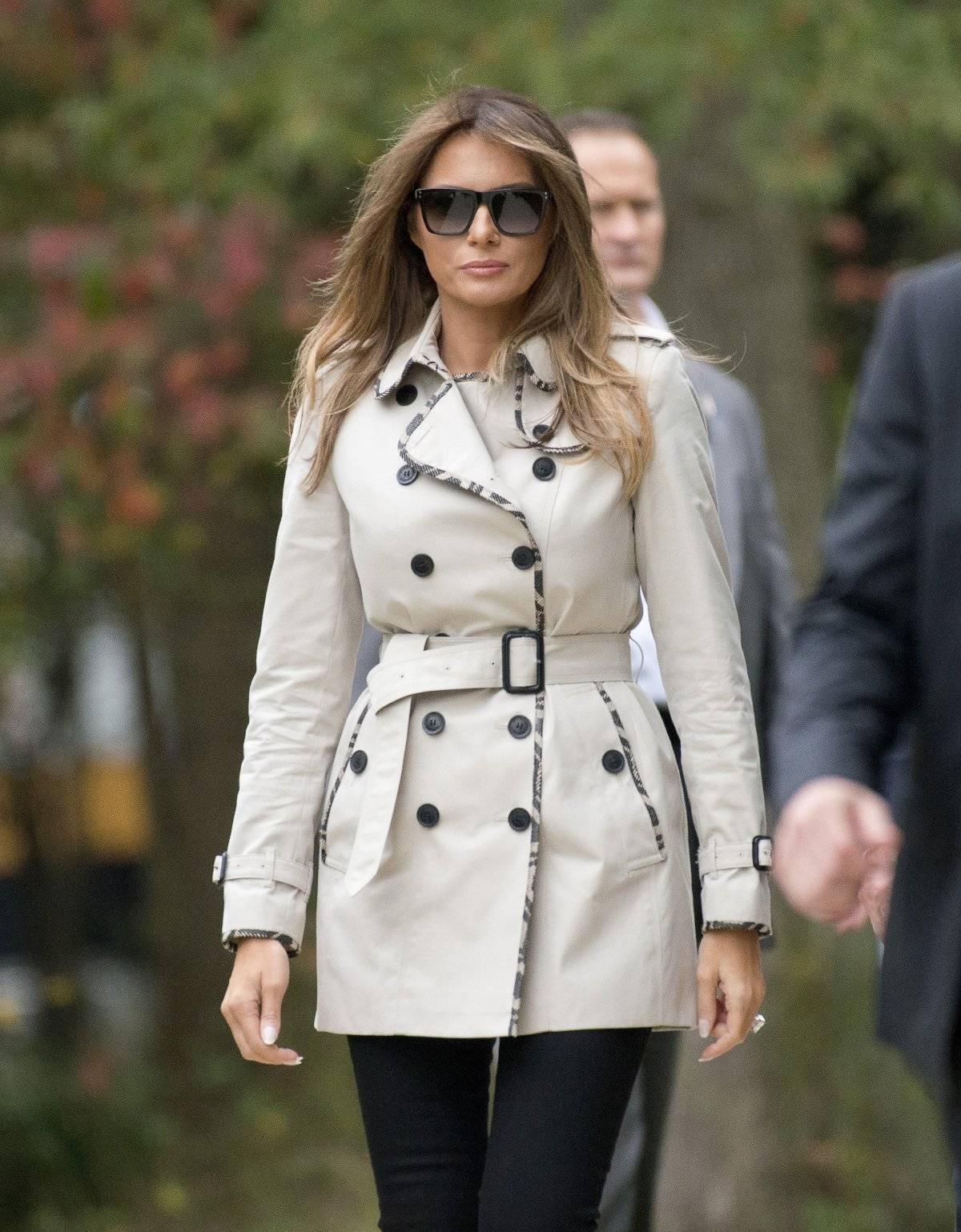 Un look clásico de Melania que plantea la pregunta: ¿es esa Melania? ¿O es una imitadora?