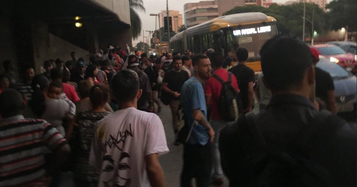 As filas para quem desembarca na estação Tatuapé, da linha 3-Vermelha, estão cheias | Reprodução/Twitter
