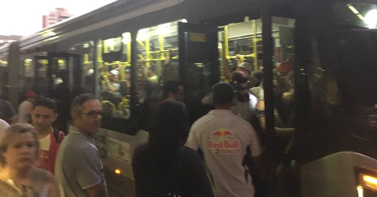 Do lado de fora da estação Tatuapé, da linha 3-Vermelha, há filas para pegar os ônibus | Reprodução/Twitter