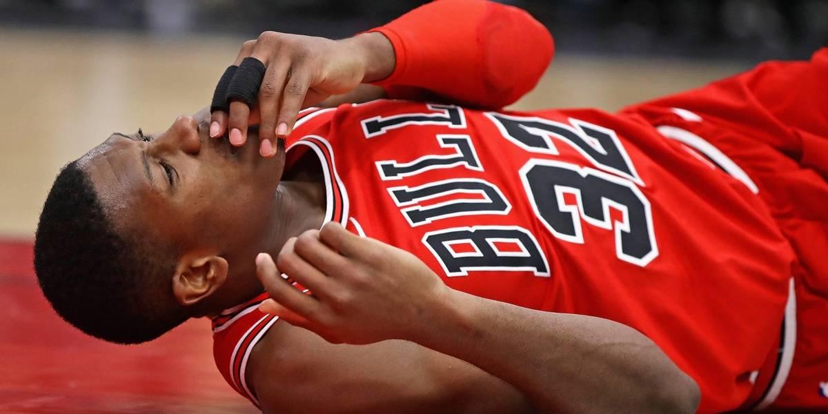 Jogador dos Bulls cai de cabeça após enterrada e quebra o dente; assista