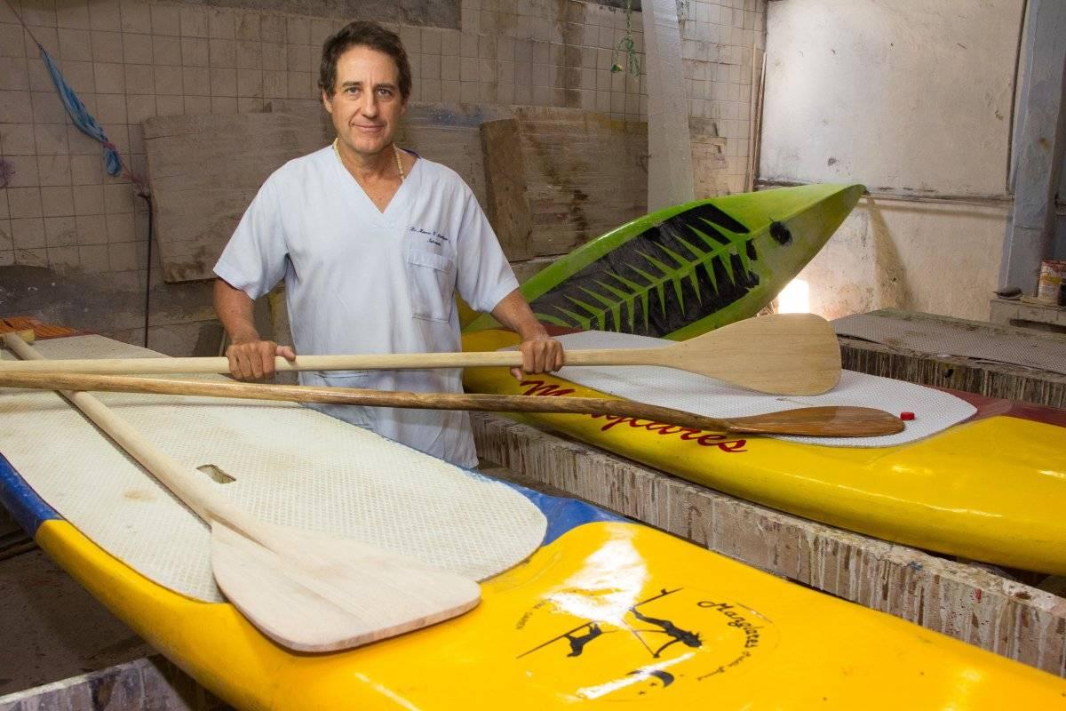 El médico Martínez ha participado en la mayoría de competencias nacionales de paddleboarding. Aunque no llega en los primeros lugares, estar ahí le sirve para saber que sienten los muchachos cuando compiten. Foto: Hroy Chávez