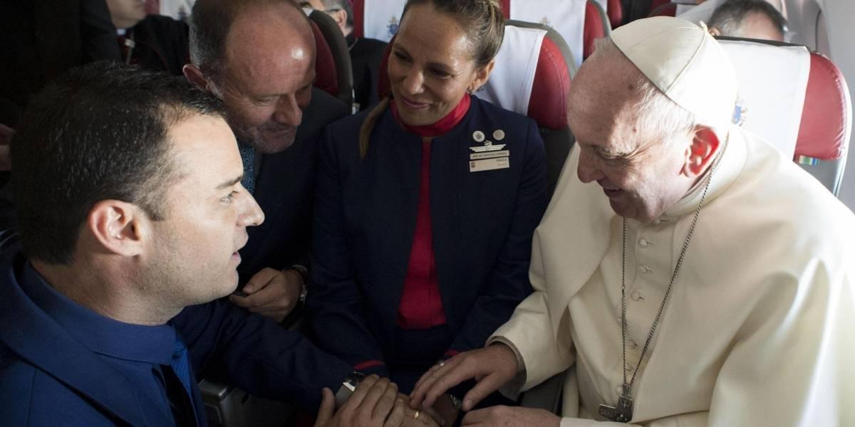 Por primera vez un papa casa a una pareja ¡Y pasó en pleno vuelo!