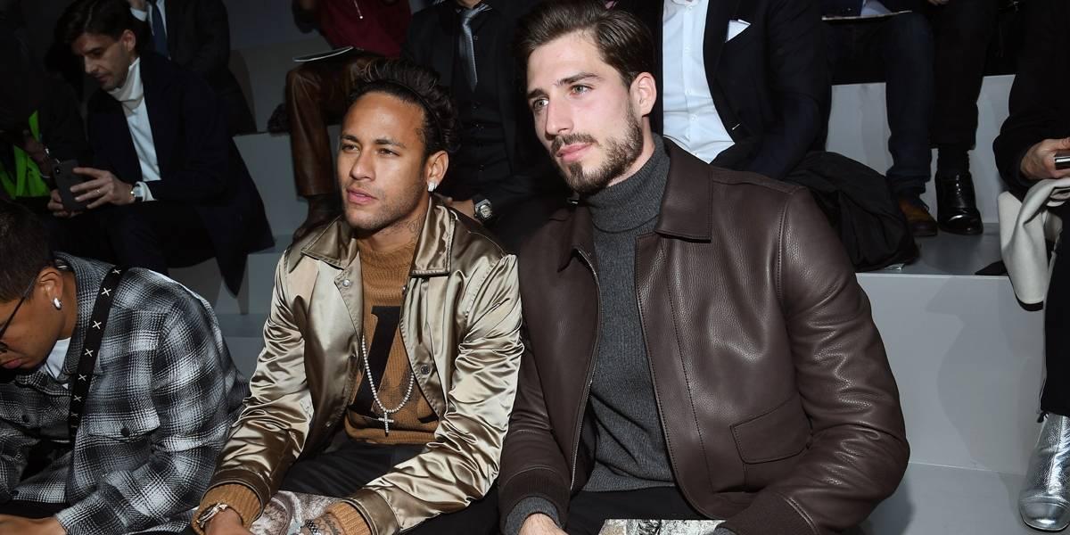 Neymar vai ao desfile de moda com colega de PSG