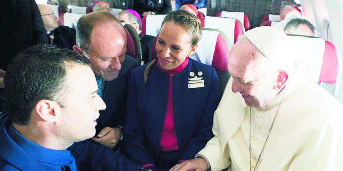 Papa celebra histórico matrimonio aéreo, pero se va con polémica