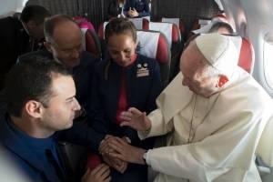 Papa casa a pareja en avión