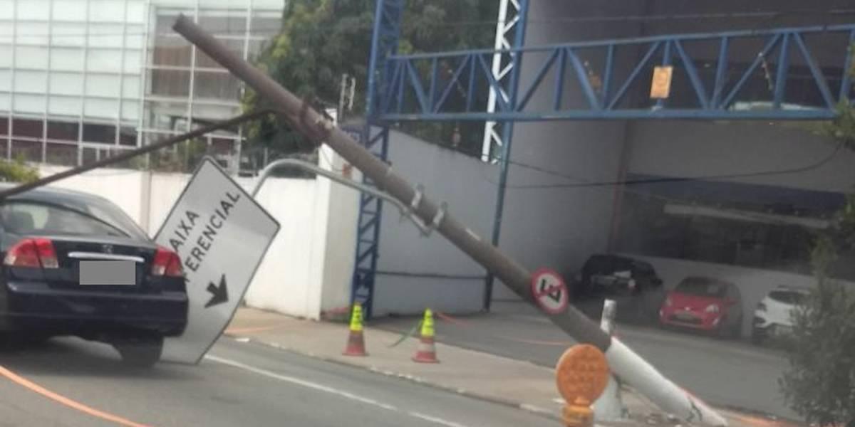 Poste cai sobre carro na avenida do Estado, em São Paulo