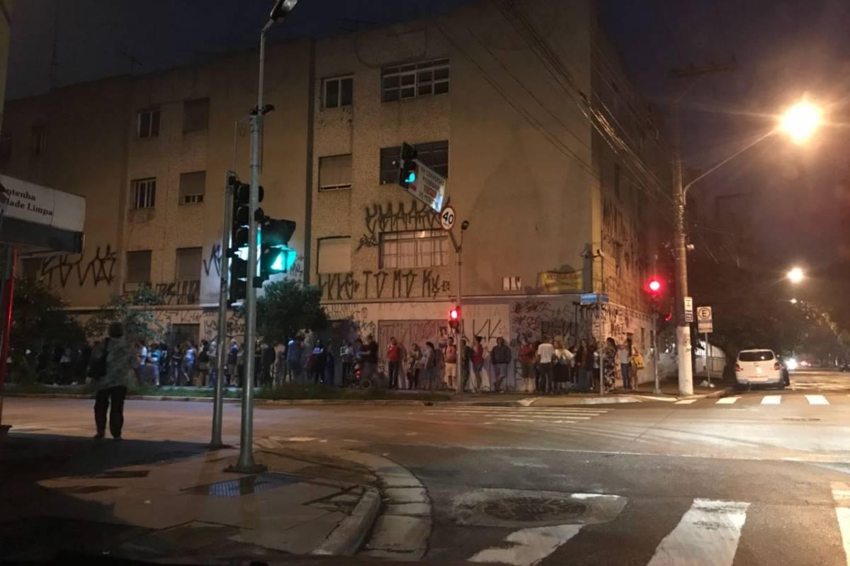 Fila no quarteirão de acesso à estação | Bruna Barboza/Rádio Bandeirantes