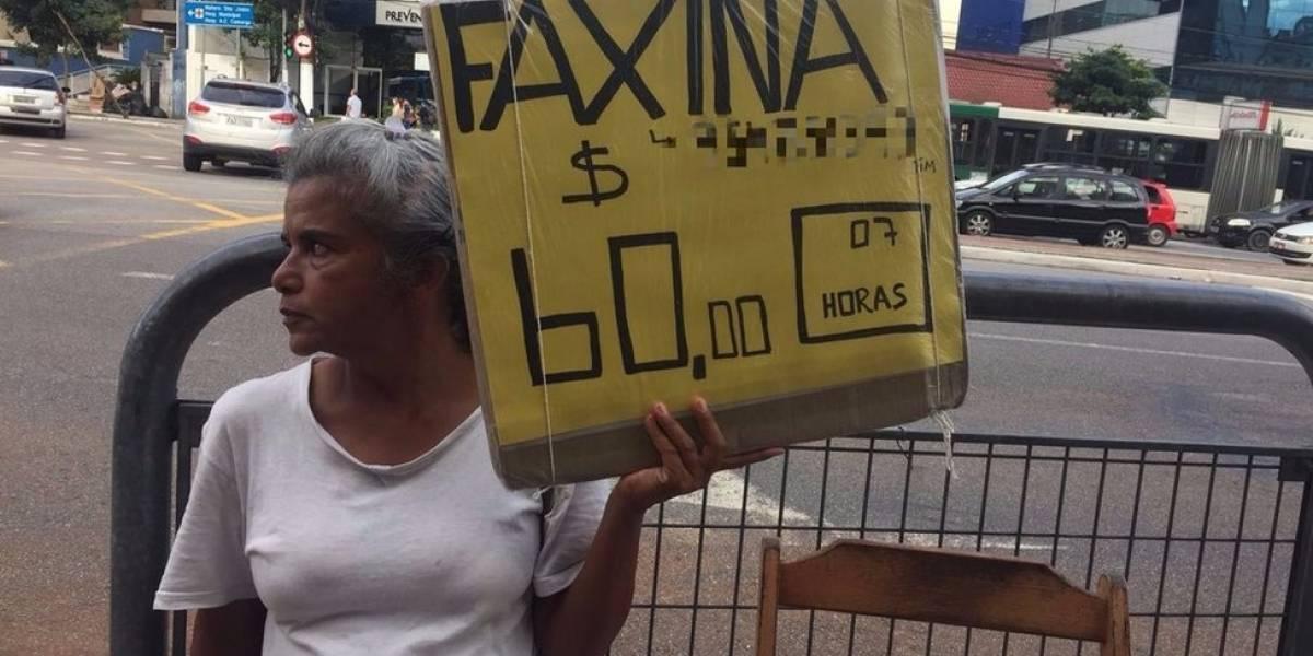 """""""Fico pensando em leis enquanto limpo privadas"""": a advogada que virou faxineira em São Paulo"""