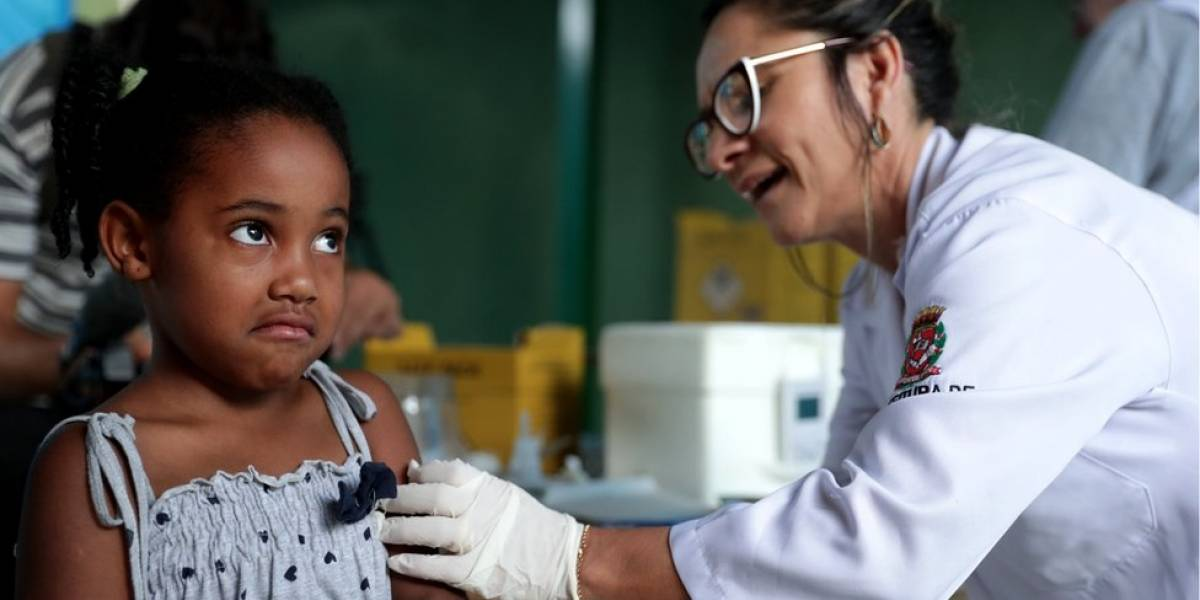 Quem vai viajar e não está em área de risco pode tomar vacina contra febre amarela