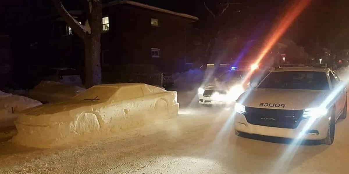 Hizo un DeLorean de nieve, la policía llegó a sacarle un parte por estar mal estacionado y cuando se dieron cuenta respondieron de la mejor manera