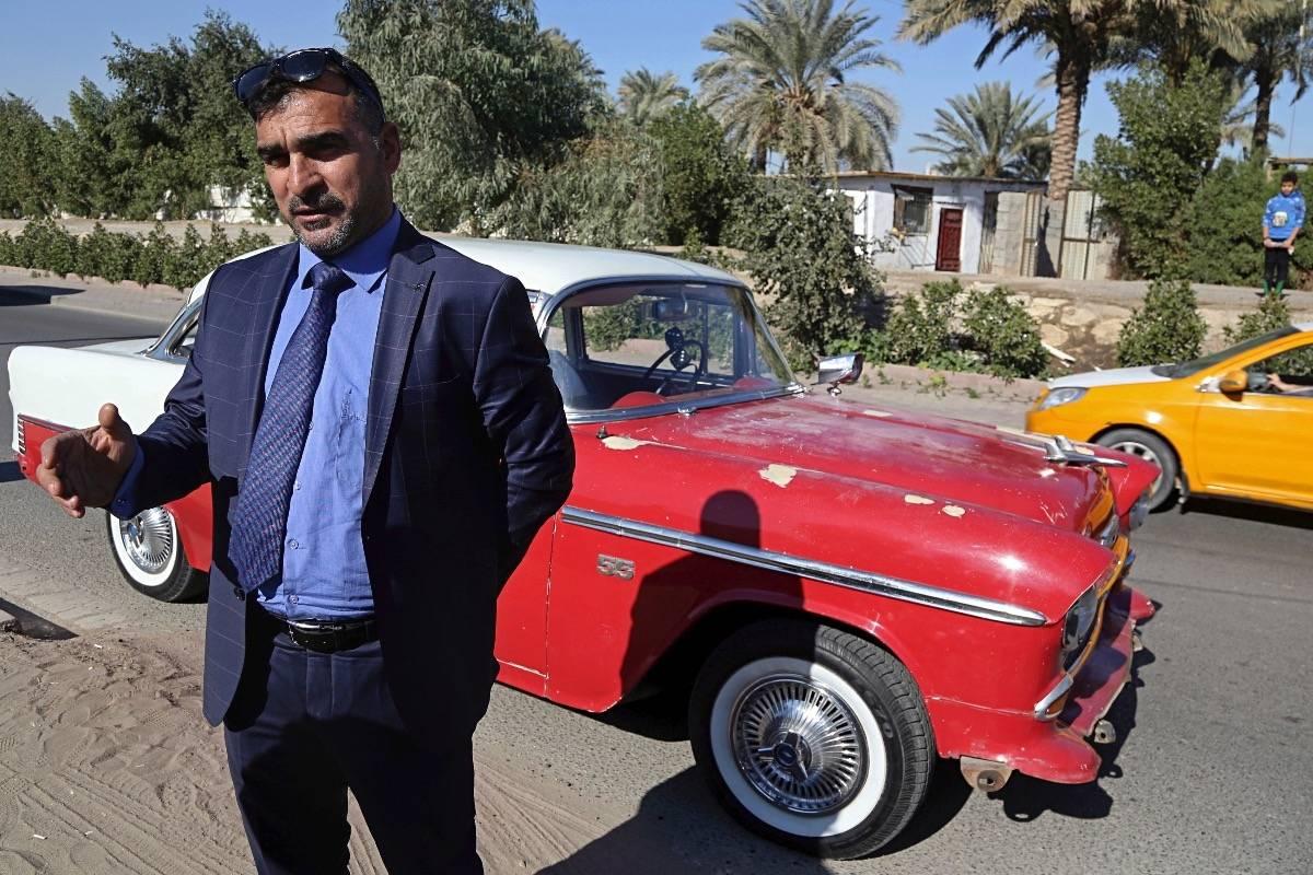 Nashwan Shakir Mahmoud posa frente a su cupé Chevrolet de 1955 en Bagdad el 12 de enero del 2018. (AP Photo/Karim Kadim) AP