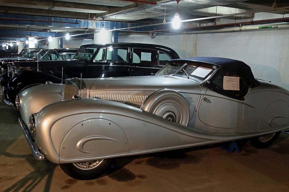 Modelos de lujo de una colección de autos viejos de la monarquía hashemí estacionados en un garage de Bagdad el 7 de enero del 2018. El primero es un Mercedes Benz de 1936 que fue regalo de Adolf Hitler. (AP Photo/Karim Kadim) AP