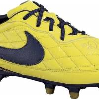 Em amarelo e com detalhes em azul marinho, outro modelo de 2009, a chuteira apresentava as cores de Seleção Brasileira | Reprodução