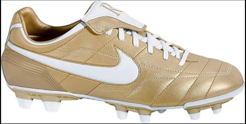 Para a Copa do Mundo de 2006, Ronaldinho ganhou uma nova chuteira. O dourado homenageava os títulos dele no Barcelona | Reprodução