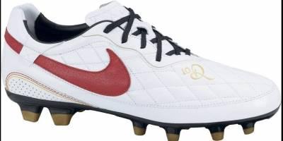 Feita para celebrar a ida do craque para o Milan em 2009, a Nike preparou uma chuteira branca, preta e vermelha | Reprodução