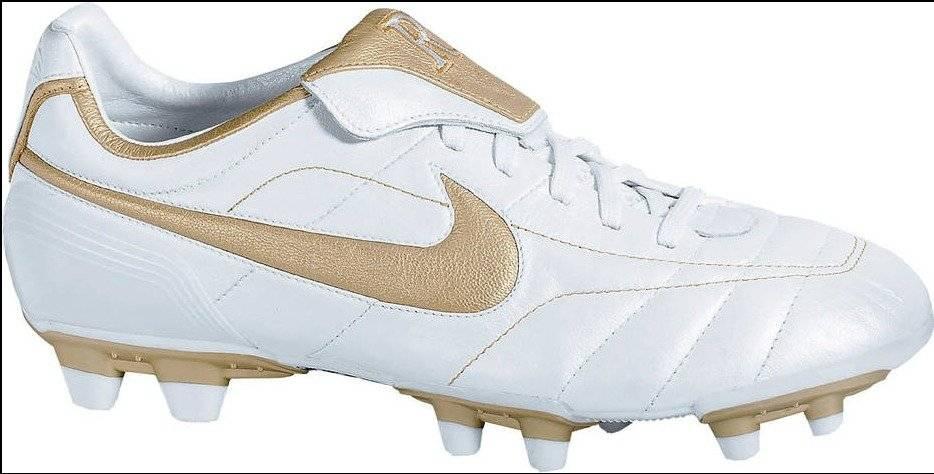 A chuteira usada em 2005 e 2006 foi a primeira assinada por Ronaldinho e lidera a lista. Tinha como cores predominantes dourada e prata | Reprodução