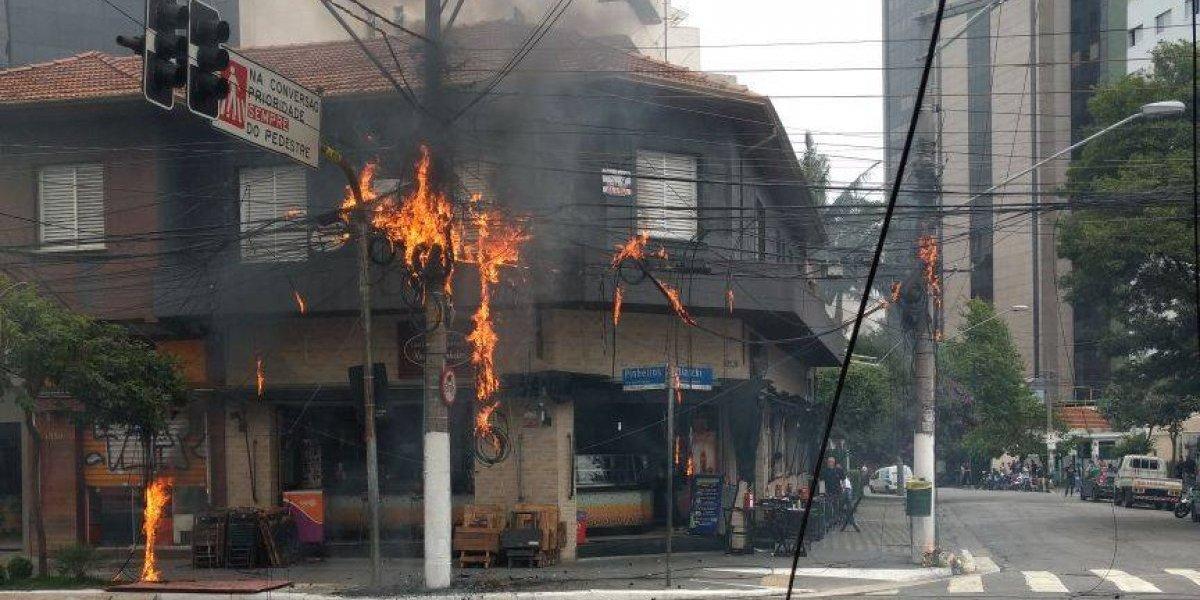 Cruzamento na zona oeste de São Paulo é bloqueado devido a incêndio