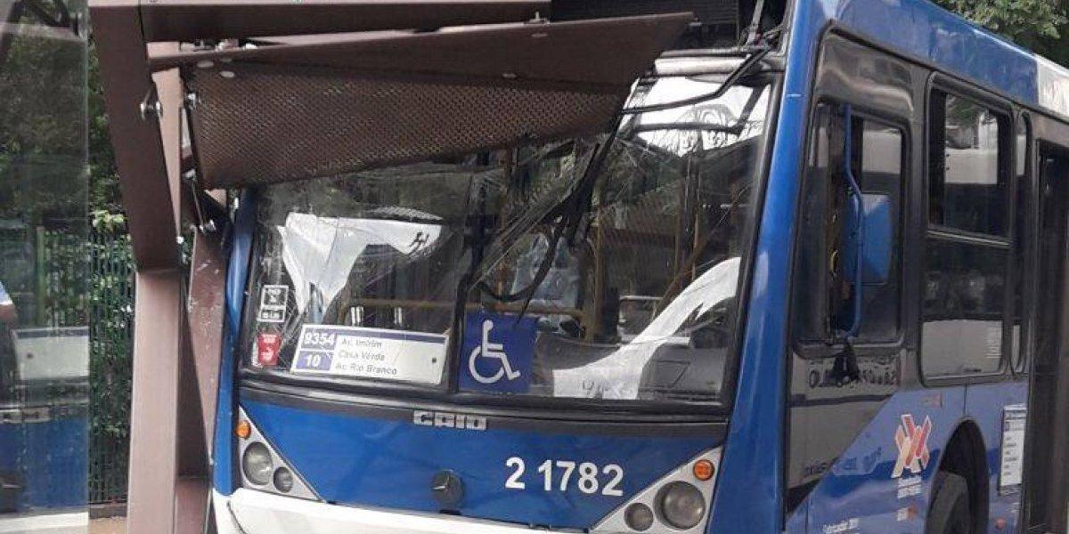 Motorista perde controle da direção e invade ponto de ônibus em São Paulo