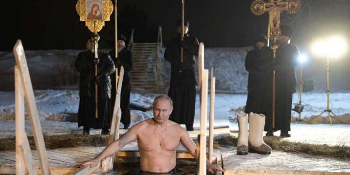 Presidente de Rusia se baña en un lago helado