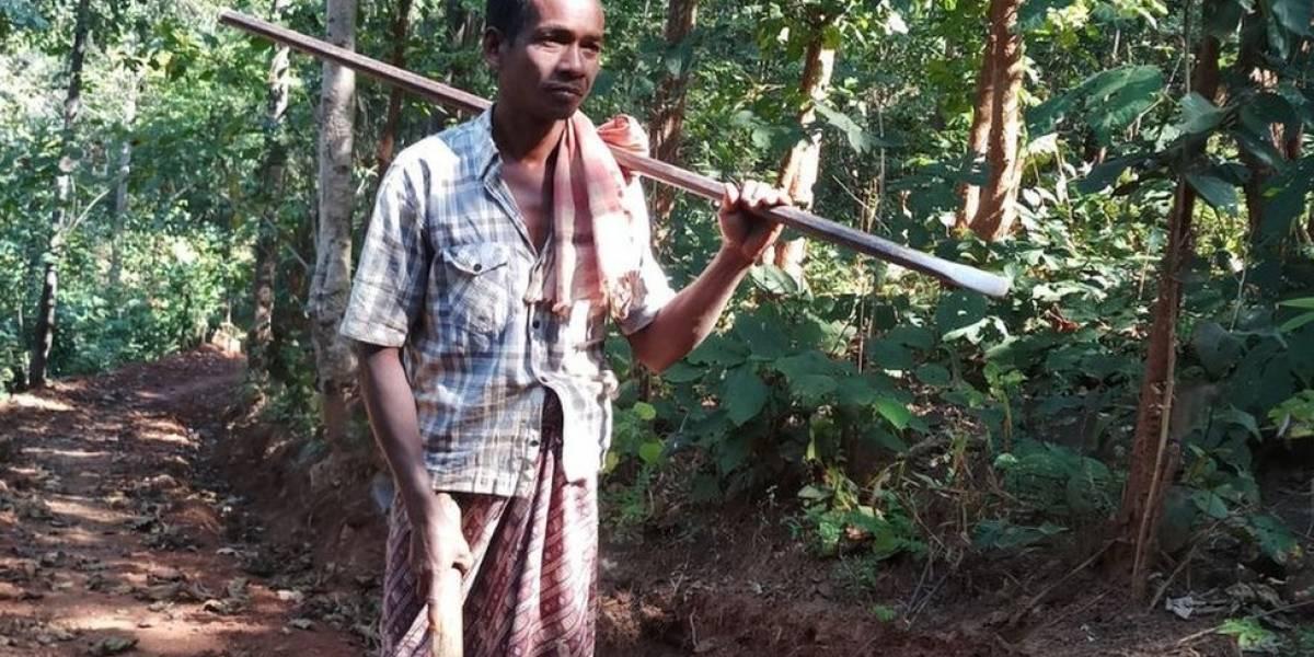 Indiano abre estrada de 8 km a picareta para os filhos poderem ir e voltar da escola