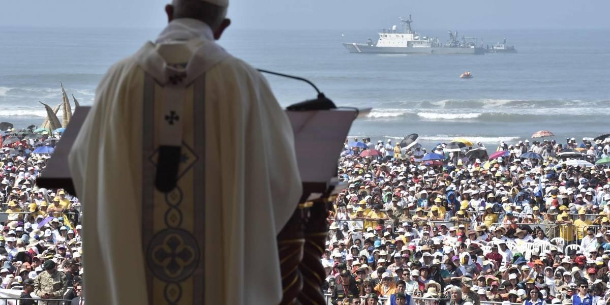 Papa Francisco consuela a afectados por inundaciones y violencia en Perú