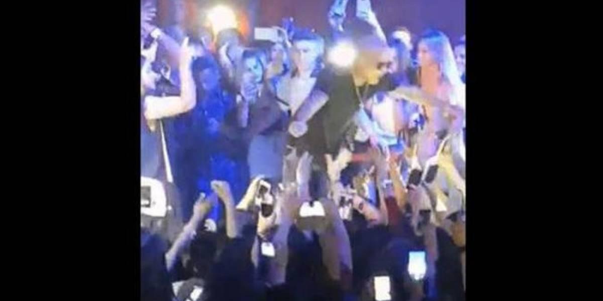 Cantante de reguetón se lanzó al público pero nadie lo recibió