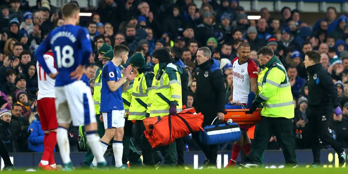 VIDEO: Estremecedora lesión en la Liga Premier provoca hasta las lágrimas