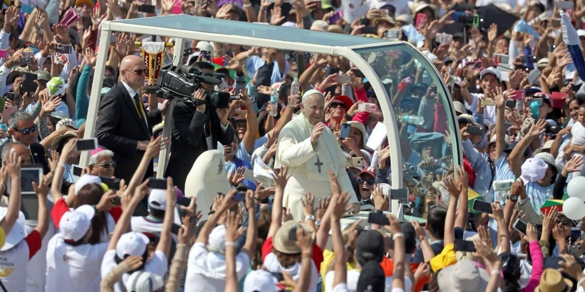 Papa troca de carro após pneu furado em viagem no Peru