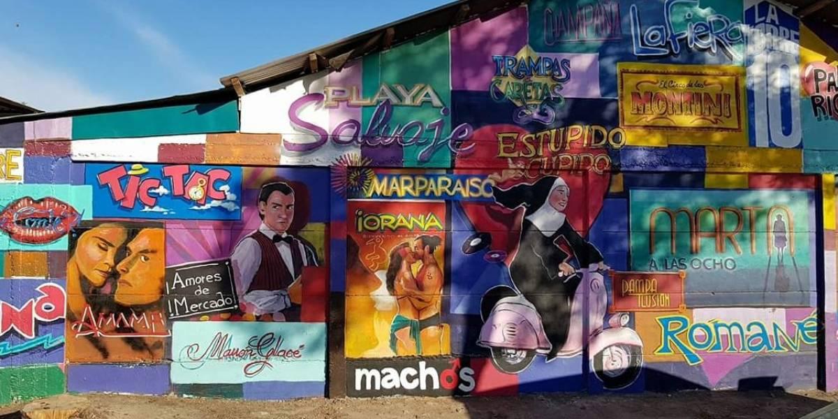 """""""Eso es arte poh!"""": el creativo mural inspirado en las teleserie chilenas más emblemáticas que saca aplausos en la población Brilla el Sol en Talca"""