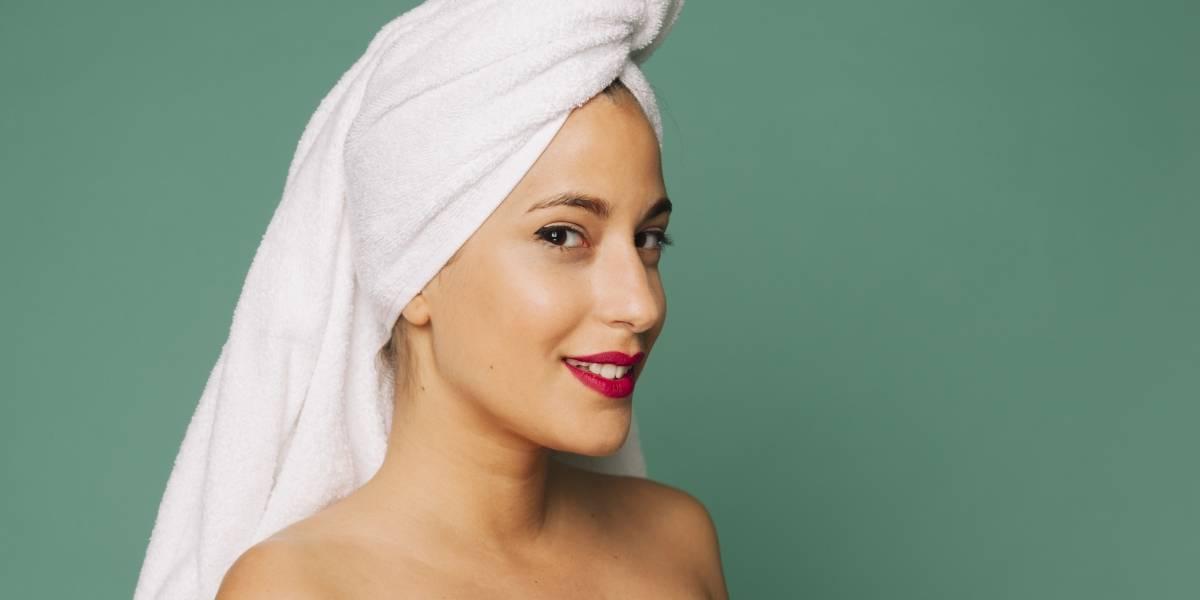 Por que não se deve esfregar o cabelo na toalha? Especialista explica