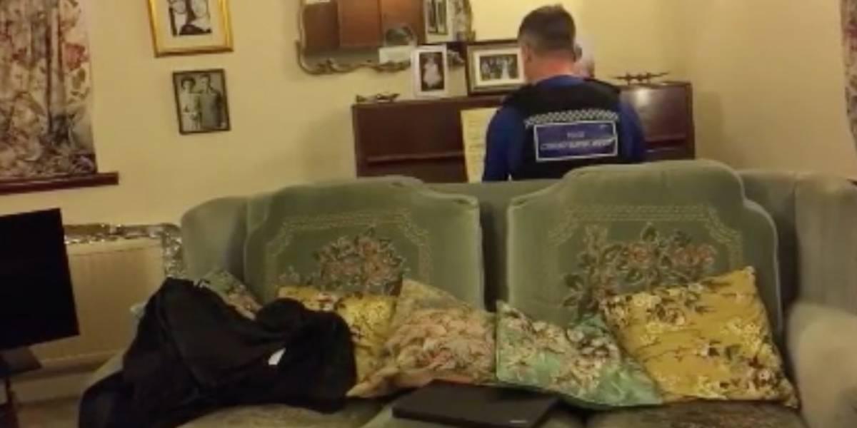 """El increíble gesto de un policía inglés que se sentó al piano y tocó una pieza de Chopin para """"calmar"""" a un anciano que había sufrido un robo"""