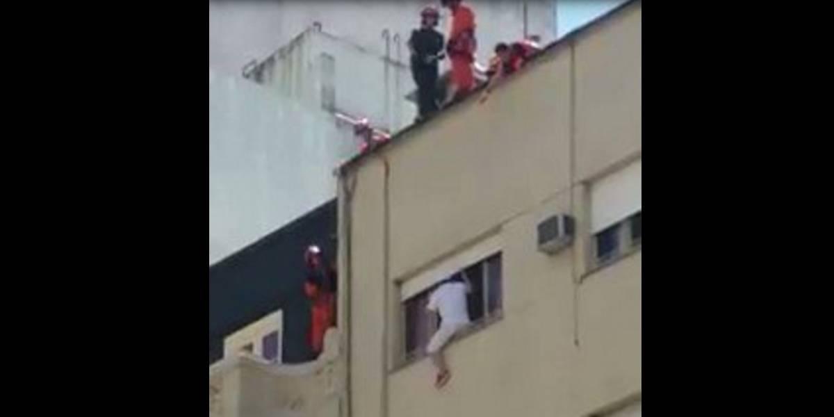 Video: rescate de película de un hombre que amenazaba con saltar de un sexto piso