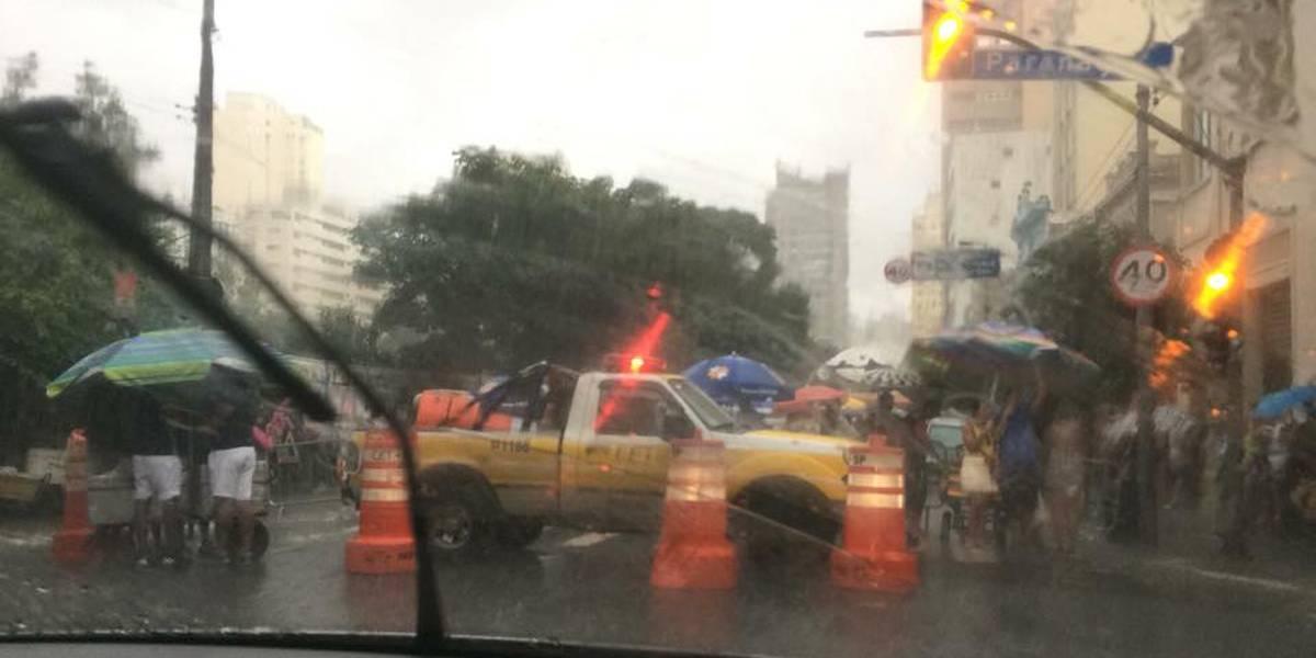 Chuva atrapalha pré-carnaval na rua Augusta