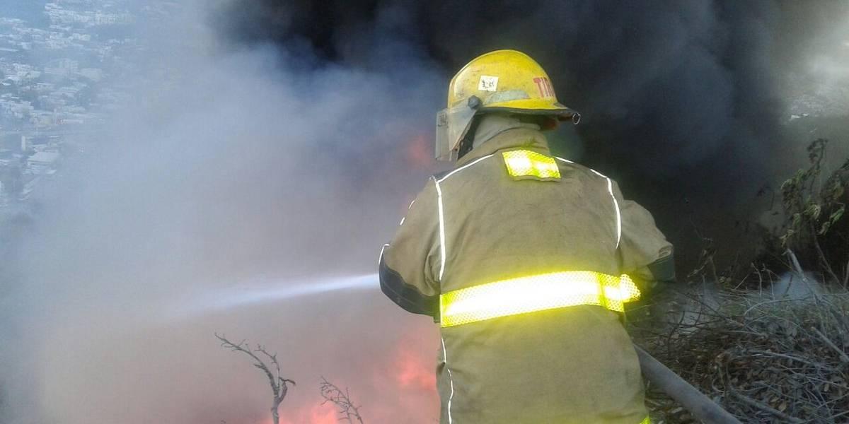 Incendio en bodega de Monterrey provoca desalojo de 80 personas