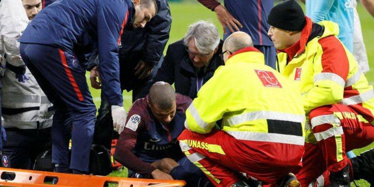 VIDEO: Mbappé salió en camilla tras corte en la cabeza