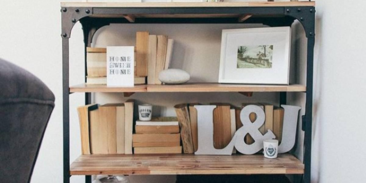 Blogueira recebe ameaças após exibir estante com livros virados para a parede