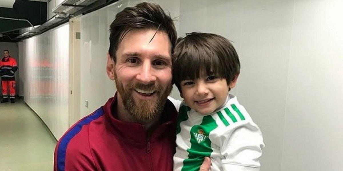 Hijo de Guardado se fotografía con Messi