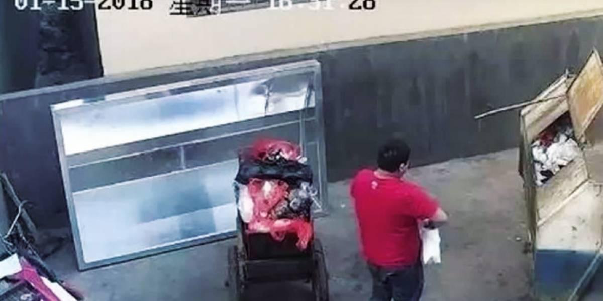 VIDEO: Hombre arroja a bebé a un basurero