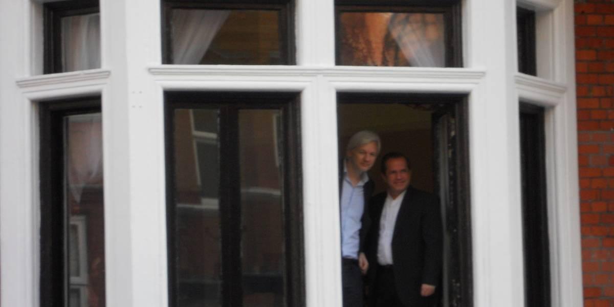 Assange afirma que no abandonará la embajada incluso si Suecia retira petición de extradición