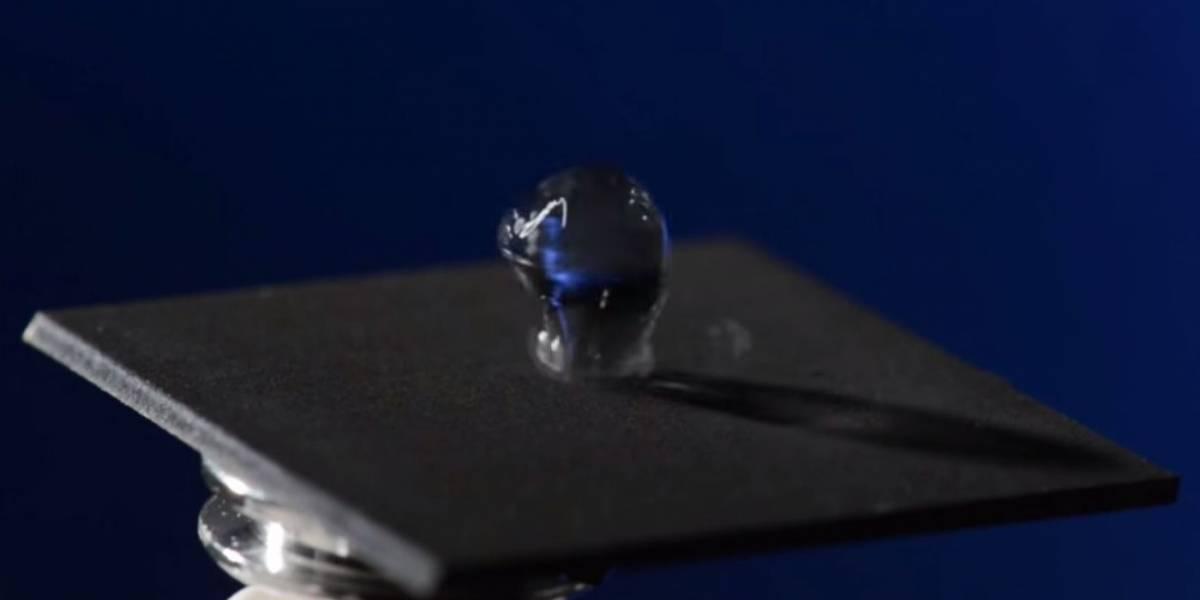 Crean técnica para fabricar metal tan hidrofóbico que el agua rebota sobre éste
