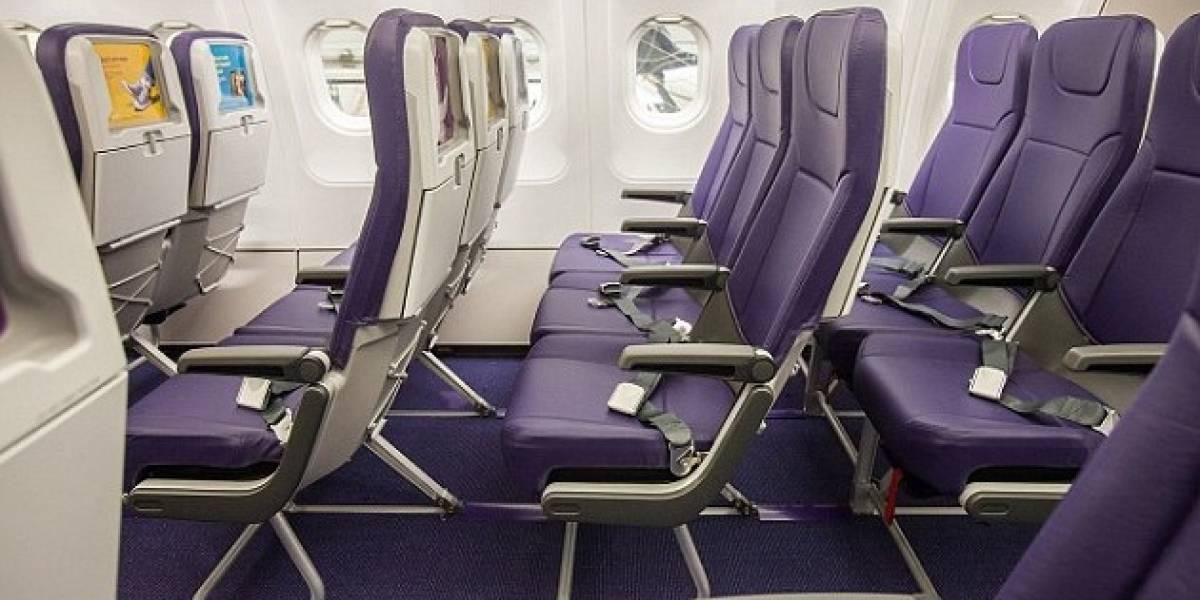 Aerolínea británica estrena asientos que no se reclinan y con ranura para tabletas