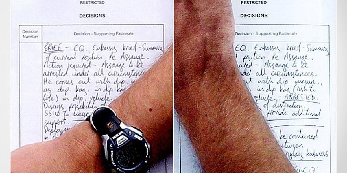 Fotografía revela plan de la policía para detener a Assange si sale de la embajada