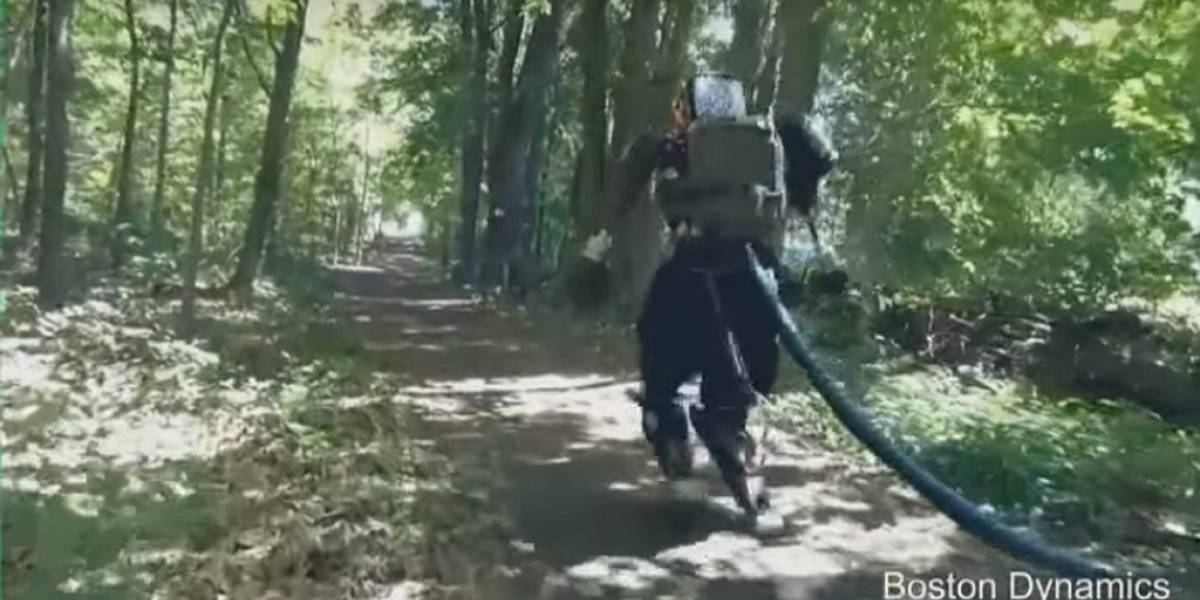 Humanoide de Boston Dynamics sale a dar un paseo por el bosque