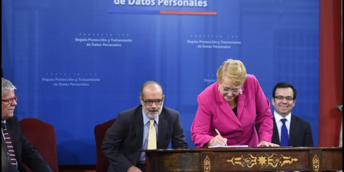 Michelle Bachelet firma proyecto de ley de protección de datos personales en la red