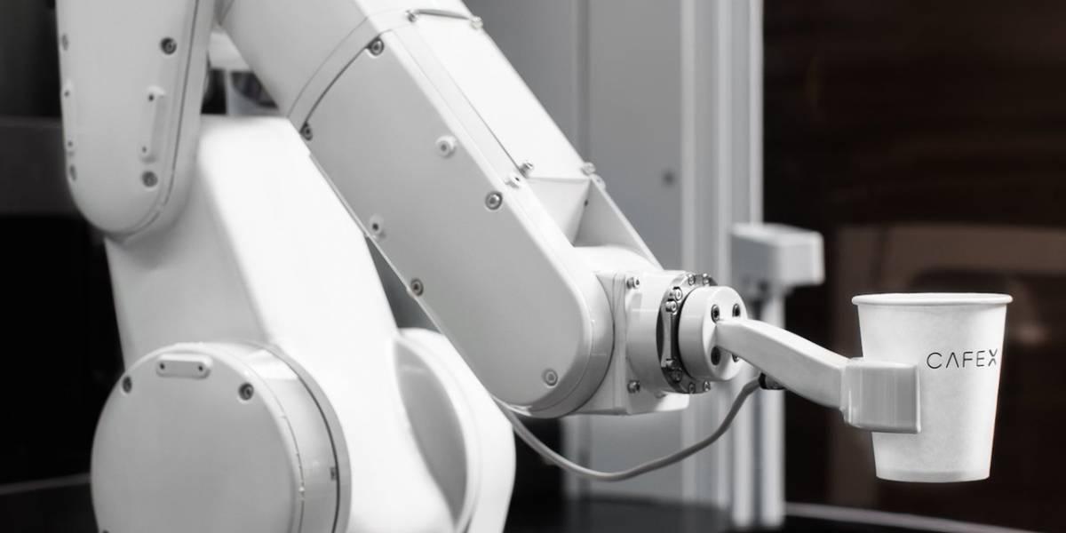 Joven abandona la universidad y construye una cafetería robótica