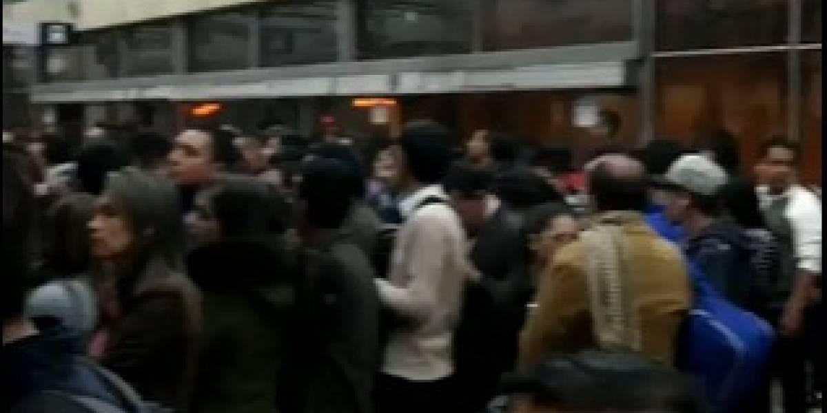 ¡Atención! Usuarios bloquean estación de TransMilenio del centro por demora de buses