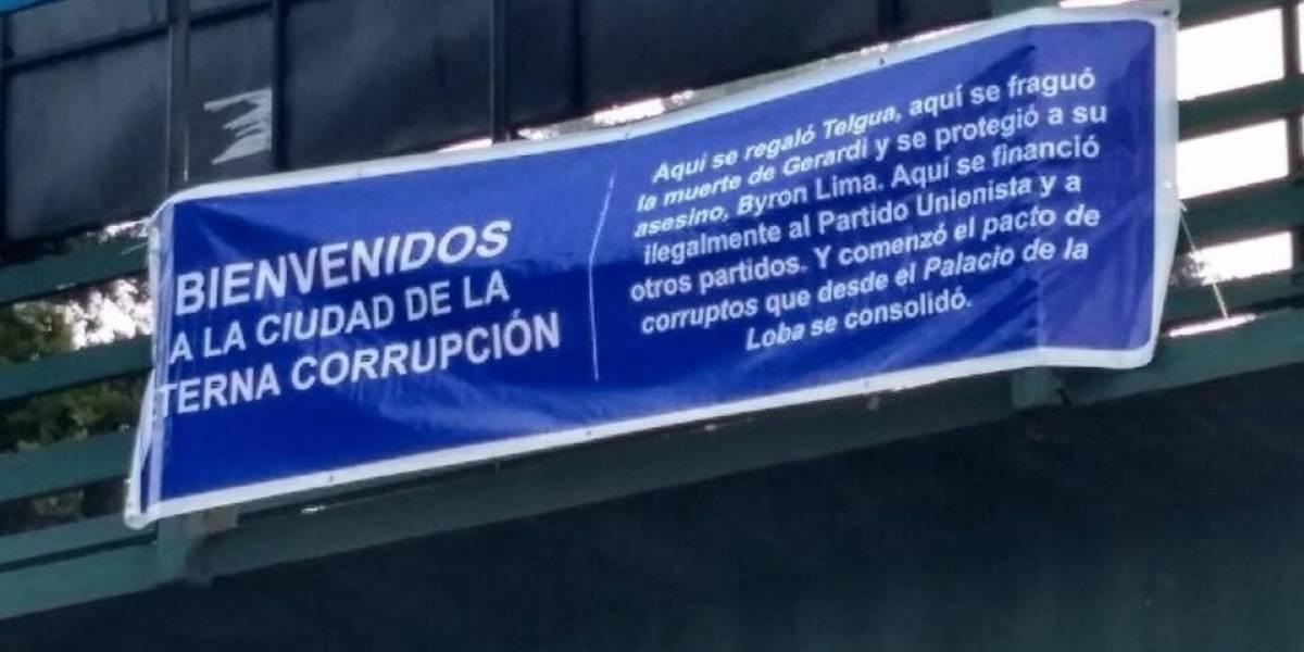 """Carteles en distintos puntos dan la bienvenida a la """"Ciudad de la Eterna Corrupción"""""""